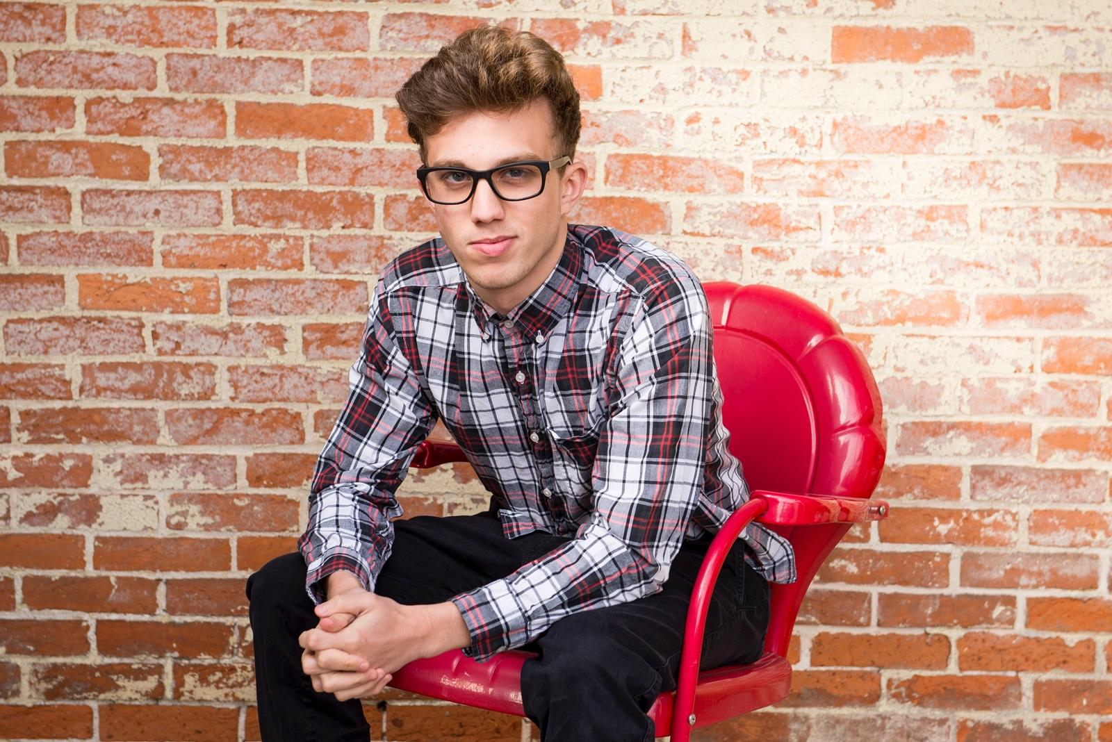 Ung mand på stol -FEPOS